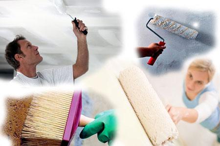 Сначала грунтуют потолок, потом стены, при этом используя валик и кисть для углублений