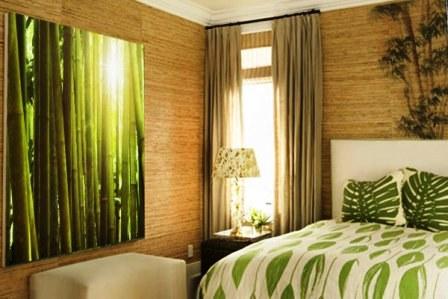 Бамбуковые обои в спальне с акцентом из небольшого рисунка в изголовье кровати