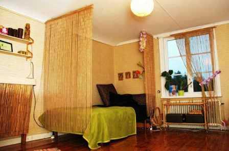 Бамбуковые обои в спальне светлых тонов