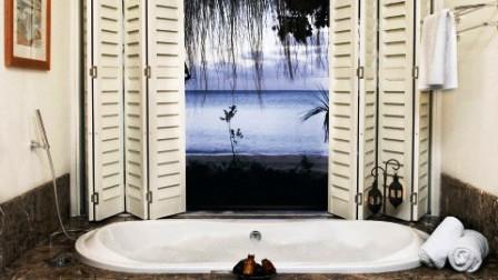 особенности применения фотообоев с видом из окна на море