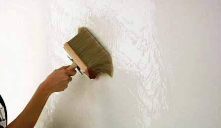 Нанесение грунтовки для обоев под покраску с помощью кисти