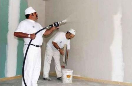 Нанесение грунтовки для обоев под покраску с помощью распылителя