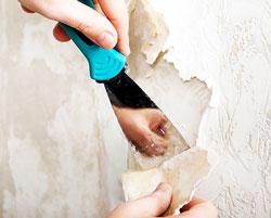 Поддевая ножом или шпатылем, отрывать куски обоев движением сверху вниз