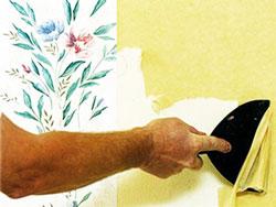 Намочить поверхность стены и снять подложку виниловых обоев