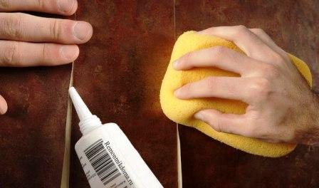 Как замаскировать разошедшийся обойный шов промазывание клеем