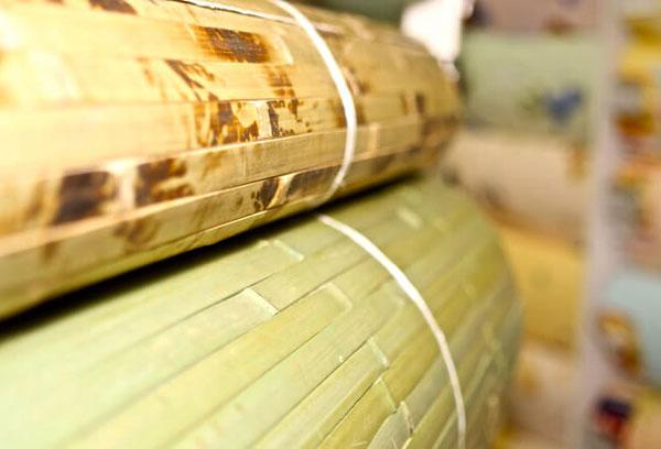 Рулоны бамбуковых обоев для поклейки на стену