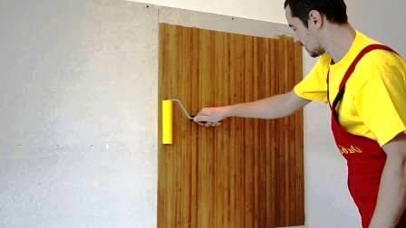 Пробковые обои приклеиваются сами - отделите подложку, приложите обои к стене и прокатайте резиновым валиком